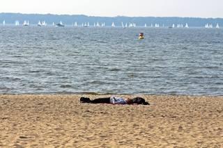 Entspannen am See - Herbst, See, Ruhe, entspannen, Gelassenheit, Hobby, Meditation, Entspannung, Einkehr, rasten, Weitblick, ausruhen, liegen, ausstrecken, Impression, einhalten, Herbst, Pause, Wasser, Sand, Strand, Stillleben, pausieren, innehalten, Redeanlass, Schreibanlass, verweilen, Natur, Freizeit, Freizeitgestaltung, Wassersport, Segelregatta, Erholung, erholen, chillen, relaxen, sich regenerieren, ruhen, verschnaufen, to relax