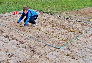 Zonenweitsprung - springen, Sprung, landen, Landung, hocken, Hocke, Sprunggrube, Leichtathletik, Sport, Springer, üben, Sportler, Zone, Sand, Weitsprung, weit