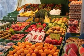 Obststand - Obst, Markt, Marktstand, Verkauf, gesund, Markt, Einkaufen, Ernährung, gesund, Küche, Kochen, Essen, Kirschen, Banane, Stand, Marktstand, Verkaufsstand, Gemüsemarkt, verkaufen, Kaufangebot, Angebot, einkaufen, Handel, handeln, Händler