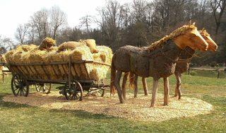 Skulptur aus Stroh#2 - Skulptur, Stroh, Strohskulptur, Kunst, Kunstwerk, Pferd, Wagen, Anhänger