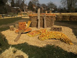 Skulptur aus Stroh#6 - Skulptur, Stroh, Strohskulptur, Kunst, Kunstwerk, Korb, Picknickkorb, Banane, Tasse, Käse, Besteck, Messer, Gabel, Löffel