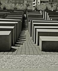 Berlin Holocaust-Mahnmal #1 sw - Mahnmal, Stelen, Quader, Gassen, Juden, Berlin, Architektur, Holocaust, Steinblock, Denkmal, Judenvernichtung, Nationalsozialismus, Geschichte