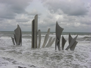 Landung in der Normandie - 2 Weltkrieg, Landung der Amerikaner, zweiter Weltkrieg, Mahnmal, Denkmal, Omaha Beach, D-Day, Landung der Alliierten, 1944, Meer, grau, Krieg