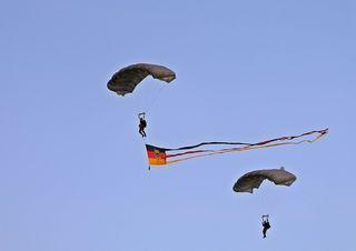 Fallschirmspringer - Fall, Fallschirm, fliegen, Schirm, steuerbar, Auftrieb, Sport, Fallschirmjäger, Demonstration, Militär, Beruf, Soldat, Physik, gleiten, militärisch, Vorführung, fallen