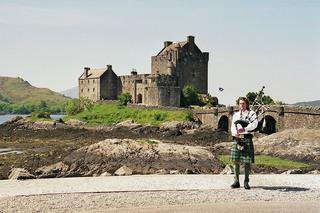 Eilean Donan Castle mit Dudelsackspieler - Eilean Donan Castle, Dudelsackspieler, Dudelsack, Musik, Schotte, Schottland, Film, Drehort, Highlands, Highlander, Bagpipes, Tartan, Schottenrock, Burg, Festung