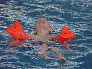 Wasserspiel - Schwimmen, Wasser, schwimmen, Verb, swim, Fortbewegung, Freizeit, Sport, Schwimmer, Schwimmerin, baden, Spaß, Wassergewöhnung, treiben, Freizeitbeschäftigung, Auftrieb, Meisterschaft, Wasserwiderstand, Kraul, Freistil, Bewegung, Schwimmstaffel, Staffel, plantschen