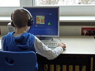 Computerarbeit in der Schule - Medien, lernen, arbeiten, Computer, Bildschirm, Monitor, Maus, Rechner, Kind, sitzen