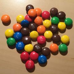 Und tatsächlich noch mehr Schokolinsen. - Mathe, Schokolade, zählen, Menge, wenig, viel, bunt, Farbe, farbig, Schokolinsen, schätzen
