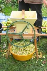 Äpfel zerkleinern - Apfelsaft pressen #2 - Apfel, Apfelsaft, zerkleinern, pressen, entsaften, Herbst, Ernte, Obst, Oktober