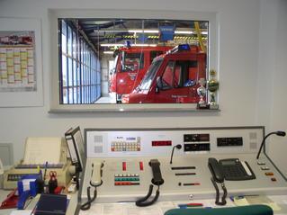Feuerwehr-Funkraum - Feuerwehr, Feuer, Brand, löschen, Wasser, helfen, 112, Fuhrpark, Notruf, rot, Feuerwehrwache, Einsatz, Einsatzleitung, Einsatzzentrale.
