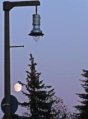 Mondlicht vs. Straßenlicht - Mond, Lampe, Laterne, Gaslaterne, Licht, leuchten, Dämmerung, Straßenlicht, Beleuchtung