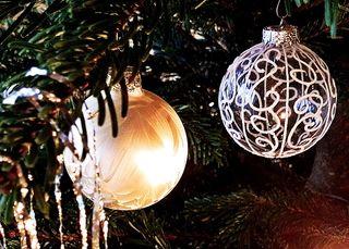 Weihnachtsschmuck am Baum - Dekoration, Deko, Weihnachtsdeko, Weihnachten, Brauchtum, Tradition, Advent, Weihnachtskugeln, Christbaumkugeln, bunt, Baumschmuck, Kugel, Licht, leuchten, Lichtschein, strahlen, glänzen, glitzern, Glanz, weihnachtlich, Stimmung, besinnlich, Hintergrundbild, Wallpaper