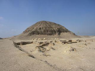 Pyramide von Hawara - Pyramide, Ziegelbauweise, Hawara, Amenemhet III., Ägypten, Grabstätte, Totenkultur, Sakralarchitektur, Bauwerk