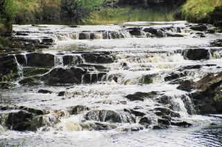 Wasserfall in den Highlands - Wasserfall, Wasser, Natur, Highlands, Schottland, Felsen, rauschen, plätschern, fließen, Steine, Flussbett, Meditation, Cascade, Kaskaden