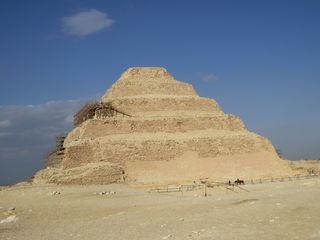 Stufenbau von Sakkara - Stufenmastaba, Stufenpyramide, Djoser, Sakkara, Imhotep, Altes Reich, Ägypten, Pyramide, Grabstätte, Totenkultur, Sakralarchitektur, Bauwerk