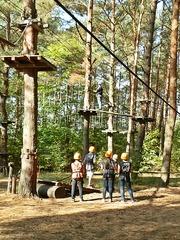 Klettern im Klettergarten - Hochseilgarten, Mut, Angst, Wagnis, Seil, überqueren, Abgrund, Sport, Abenteuer, turnen, Freizeit, klettern, schwindelfrei, Höhe, Freizeitsport, frei, leer, schwingen, Plattform, mutig, helfen, vertrauen, sichern, Sicherheit, Team, Teamsport, überwinden, über sich hinauswachsen, Ethik, climp up