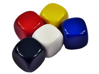 fünf farbige Würfel - Spielwürfel, Würfel, Kubus, regelmäßiges Hexaeder, zählen, würfeln, werfen, Spiele, spielen, eins, zwei, drei, vier, fünf, Wahrscheinlichkeit, Kubus, Hexaeder, Körper, geometrisch, Seiten, Kanten, Ecken, Quadrate, Zufall, Illustration, rechnen, Glück, rot, gelb, weiß, blau, schwarz