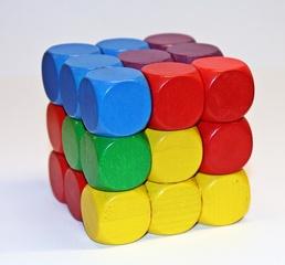 Soma-Würfel farbig - Geduldspiel, Würfel, regelmäßiges Hexaeder, zählen, Spiele, spielen, Wahrscheinlichkeit, Kubus, Körper, geometrisch, Seiten, Kanten, Ecken, Quadrate, Illustration, rechnen, gestalten, bauen, Holz, Oberfläche, Volumen, Mathematik