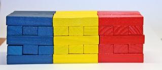 Matheturm vs. Wackelturm #4 - Matheturm, Wackelturm, Turm, Steinchen, Stein, Steine, Würfel, Quader, farbig, Mathematik, rechnen, stapeln, spielen, Spiel, zählen, werfen, Spiele, Zahl, Zahlen, rot, blau, gelb, Wahrscheinlichkeit, Körper, geometrisch, Seiten, Kanten, Ecken, Quadrate, Zufall, Illustration, rechnen, bauen, Holz, Oberfläche, Volumen, fünfzehn, Jenga
