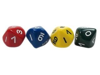 vier Zehnerwürfel - Spielwürfel, Würfel, zählen, würfeln, werfen, Spiele, spielen, eins, zwei, drei, vier, Wahrscheinlichkeit, Körper, geometrisch, Seiten, Kanten, Ecken, Quadrate, Zufall, Illustration, rechnen, Glück, farbig, zehn