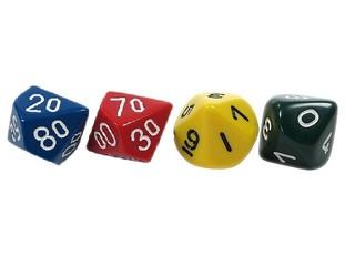 vier Stellenwert-Würfel - Spielwürfel, Würfel, zählen, würfeln, werfen, Spiele, spielen, Augenzahl, Zahl, Zahlen, Wahrscheinlichkeit, Körper, geometrisch, Seiten, Kanten, Ecken, Zufall, Illustration, rechnen, Glück, blau, rot, gelb, schwarz, Doppelpyramide