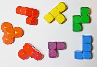 Soma-Würfel zerlegt - Geduldspiel, Würfel, regelmäßiges Hexaeder, zählen, Spiele, spielen, Wahrscheinlichkeit, Kubus, Körper, geometrisch, Seiten, Kanten, Ecken, Quadrate, Illustration, rechnen, gestalten, bauen, Holz, Oberfläche, Volumen, Mathematik