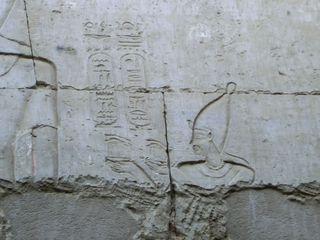 Weiße Krone Öberägyptens im Tempel in Esna - weiße Krone, Oberägypten, Pharao, Königtum, Herrschaftsinsigne