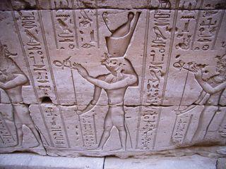 Doppelkrone des Pharao in Edfu - Doppelkrone, Pharao, Horus, Relief, Falke, Unter-und Oberägypten
