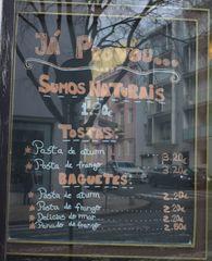 Hinweisschild  Speisekarte - sumos naturais, tostas, baguetes
