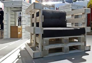 Möbel - Sessel - Sessel, robust, Europaletten, Palettenmöbel, bauen, Sitzmöbel, Möbel, genormt, Transporthilfsmittel, Standard, verwerten, Mehrwegprodukt, Recycling, upcycling, Rezyklierung, Verwertung, Wiederverwertung, Wiederaufbereitung, Verwertungsverfahren, Materialien, Material, Erzeugnis, Stoff, Stoffe