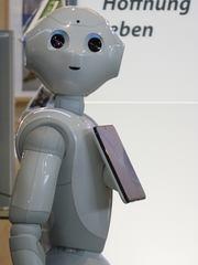 Pepper, humanoider Roboter #3 - humanoid, Roboter, Programmierung, Software, Fortschritt, kommunikativ, interagieren, Emotion, Design, intelligent, Plastik, Figur, digital, Wissenschaftsethik, Ethik, Informatik, Maschine, Automat, automatisch, technisch, Technik, mobil, Apparatur, arbeiten, Arbeit, Symbol, Kunstoff, beweglich, Bauteile, Teil, Kunst, Technik