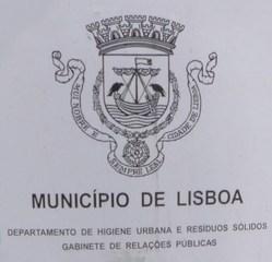 Aufschrift auf Mülltonne in Lissabon - Municipio, Lisboa, Departamento, higiene, urbana, residuos solidos, Gabinete, relacoes publicas