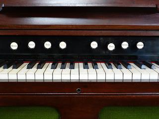 Harmonium 3 - Harmonium, Tasteninstrument, Orgel, Orgelersatz, Aerophon, Tretschemel, Register, reed organ, organ, Tasten, Taste, Harmonien, Musik, Musikunterricht, Musiklehre, Balginstrument, Tastenharmonika