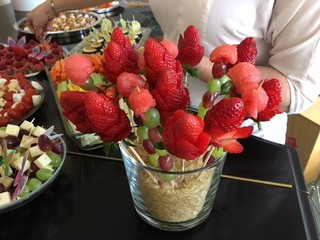 Erdbeeren am Stiel - Obst, Frucht, Erdbeeren, Spieß, essen, frühstück, Buffet, gesund, anrichten, dekorieren