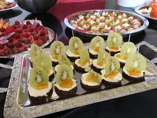 Pumpernickel-Häppchen - Pumpernickel, Brot, Häppchen, Käse, gesund, Frühstück, Kiwi, Mandarine, anrichten, dekorieren