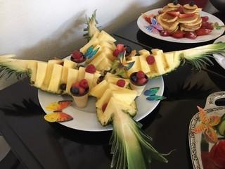 Aufgeschnittene Ananas - Ananas, Obst, Frucht, essen, Frühstück, anrichten, dekorieren