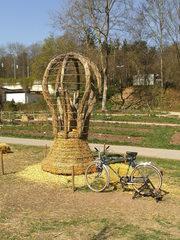 Skulptur aus Stroh#3 - Skulptur, Stroh, Strohskulptur, Kunst, Kunstwerk, Glühbirne, Fahrrad, Stromerzeugung