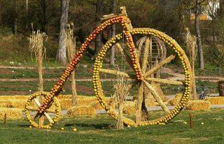 Skulptur aus Stroh#6 - Skulptur, Stroh, Strohskulptur, Kunst, Kunstwerk, Rad, Hochrad, Fahrradtyp, Fahrradgeschichte