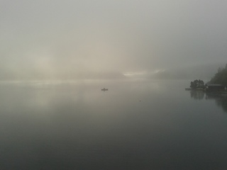 Nebel am Weissensee #1 - Nebel, Luft, Luftfeuchtigkeit, Dunst, Wolke, Tau, Niederschlag, Sicht, Sichtbehinderung, Wasser, diesig, trüb, neblig, Wetter, Wetterphänomen, Fischer, Fischfang