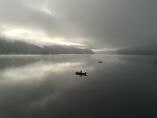 Nebel am Weissensee #2 - Nebel, Luft, Luftfeuchtigkeit, Dunst, Wolke, Tau, Niederschlag, Sicht, Sichtbehinderung, Wasser, diesig, trüb, neblig, Wetter, Wetterphänomen, Fischer, Fischfang