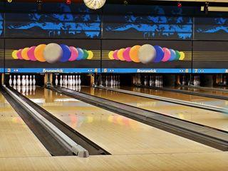 Bowling - Anlage - Bowling, Bowlingbahn, Präzisionssportart, Rinne, Gutter, Pin, Perspektive, Fluchtpunkt, Bowling, bowlen, kegeln, Sport, Kegel, Ball, Kugel, Pins, Illustration, Sportart, Verb, WM, EM, Meisterschaft, spielen, Spiel, Freizeit, bewegen, Bewegung