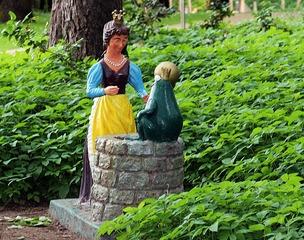 Märchenfiguren - Der Froschkönig #1 - Märchen, Märchenfigur, Figur, Figuren, Mädchen, Prinzessin, Prinz, Frosch, Krone, Kugel, Schreibanlass, Geschichten, Erzählanlass
