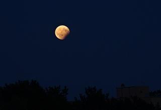 partielle Mondfinsternis - Berlin - Mond, Mondfinsternis, partielle Mondfinsternis, astronomisches Ereignis, Nacht, dunkel, Finsternis, finster, Astronomie, Erdschatten, Optik, Licht und Schatten, Physik, Geografie