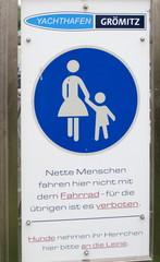 Hinweisschild an einem Fußweg - Schild, Verbot, Hinweis, Fußweg, Gehweg, Radfahrer, Fußgänger, Leinenzwang, Hunde