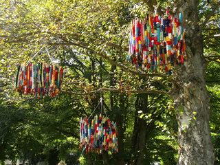 Baumobjekt Knitting#3 - stricken, häkeln, Kultur, Knitting, Graffiti, Kunst, Motiv, Impression, Motiv, warm, Wolle, Strickkunst, Objektkunst, Kunstobjekt, bunt, Verschönerung