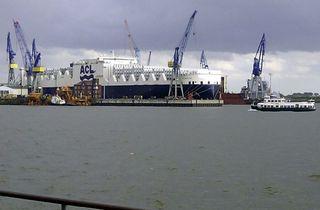 ConRo-Schiff im Dock - Hamburg, Elbe, Dock, Reparatur, Hafen, Frachtschiff, Transport, Container, Autotransport, Seeschifffahrt, Kran, Barkasse