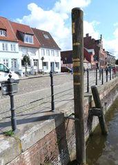 Hochwassermarken am Husumer Hafen - Wasserstand, Hochwasser, NN, Sturmflut, Naturkatastrophen, Markierung, Überflutung