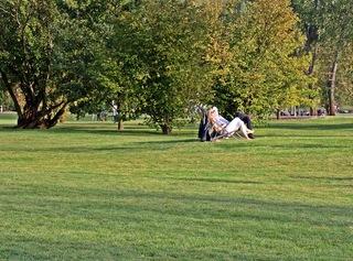 Entspannung im herbstlichen Park - Herbst, Park, Ruhe, entspannen, Gelassenheit, Hobby, Meditation, Entspannung, Einkehr, rasten, Weitblick, ausruhen, Stuhl, sitzen, Impression, einhalten, Herbst, Pause, Bäume, Baum, Rasen, Natur, pausieren, innehalten, Redeanlass, Schreibanlass, verweilen, Freizeit, Ferien, Freizeitgestaltung, Erholung, erholen, chillen, relaxen, sich regenerieren, ruhen, verschnaufen, to relax