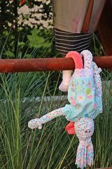 Besucher im Garten #3 - Besuch, Besucher, Puppen, Garten, Andersartigkeit, anders, gemeinsam, friedlich, Kunst, Musik, Sprache, Ethik, Figuren, Geschichten, erzählen, fantasieren