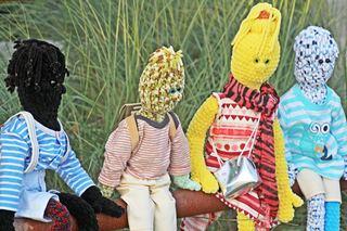 Besucher im Garten #2 - Besuch, Besucher, Puppen, Garten, Gruppe, Andersartigkeit, anders, gemeinsam, Inklusion, integrieren, Integration, einbeziehen, friedlich, Kunst, Musik, Sprache, Ethik, Figuren, Geschichten, erzählen, fantasieren, Stickfiguren, Stofffiguren